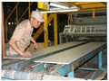 製品の積み込みスタッフの写真