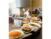 浜名湖畔・三ヶ日町のリゾート施設内レストランのキッチンスタッフの写真