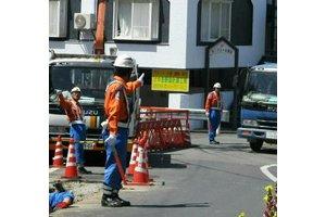 工事現場での交通誘導風景