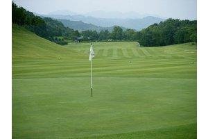 ゴルフ場内での勤務です。通勤手段のない方は坂元駅まで送迎いたします。