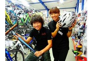 自転車はもちろん、カラフルなグッズも販売