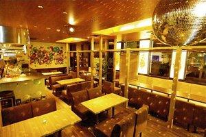 全席ソファの寛ぎ空間でビル11Fから夜景を眺めることができるカフェ
