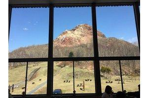 窓の外にはどど~んと昭和新山!絶景待遇でお待ちしています♪
