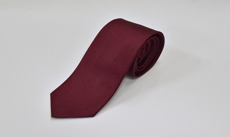 赤い無地のネクタイ