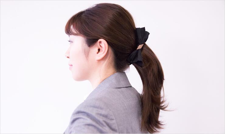 ダークブラウンの髪の毛を下目に結った女性