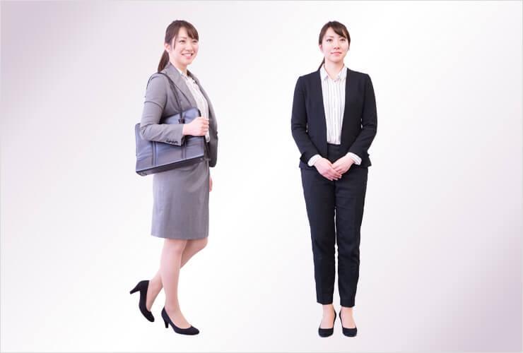 パンツスーツとスカートスーツを着た女性