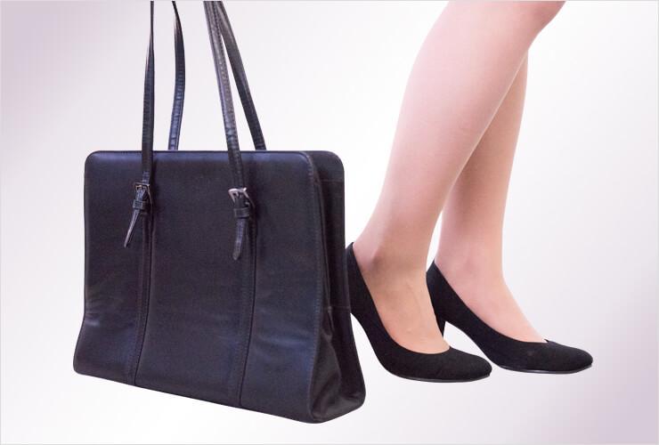 自立型のバッグと女性の足元