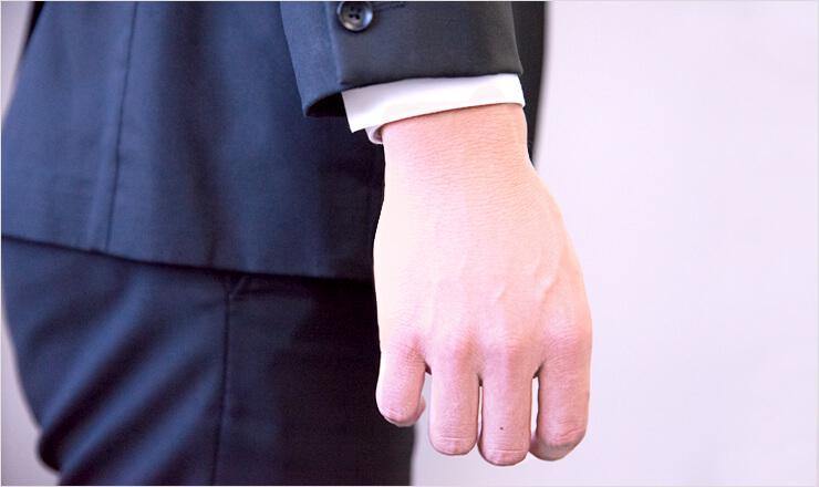 スーツから出るワイシャツの袖口