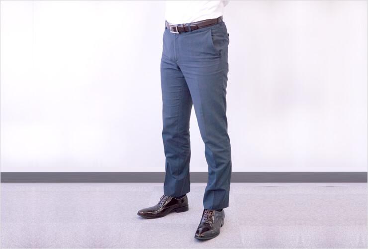 靴とベルトの色を合わせている男性の下半身